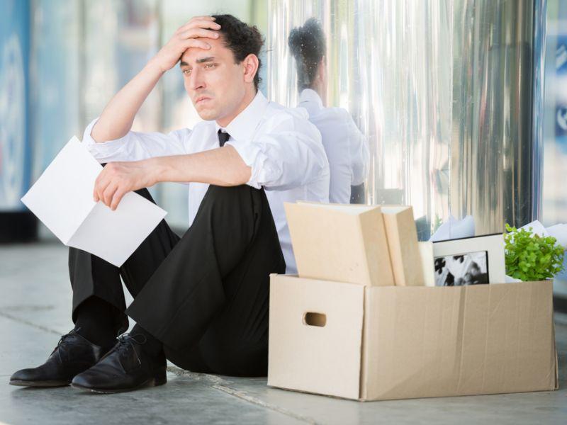 Компании массово сокращают зарплаты и увольняют сотрудников